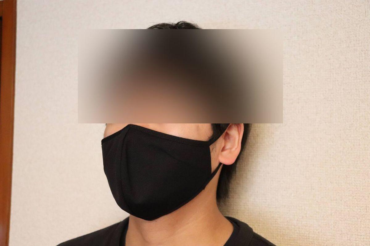 ユニクロのエアリズムマスクをつけている男性