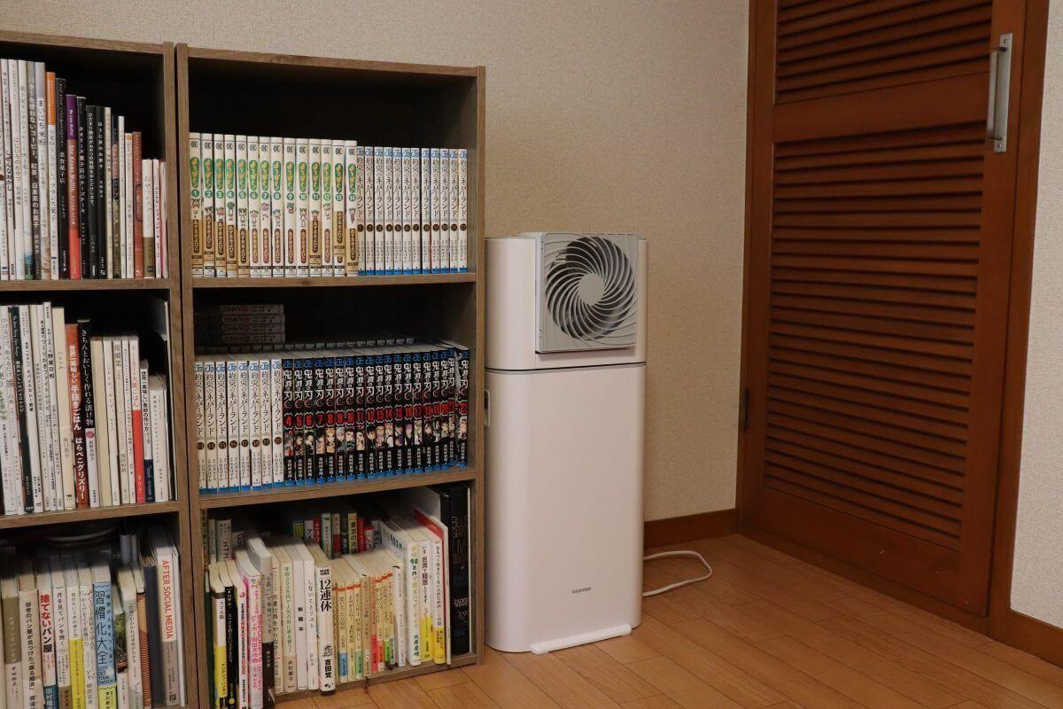 アイリスオーヤマの「サーキュレータ衣類乾燥除湿器 IJD-I50」の高さを表現した画像