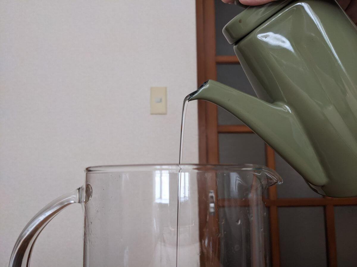 野田琺瑯Anbiでお湯を注いでいる画像