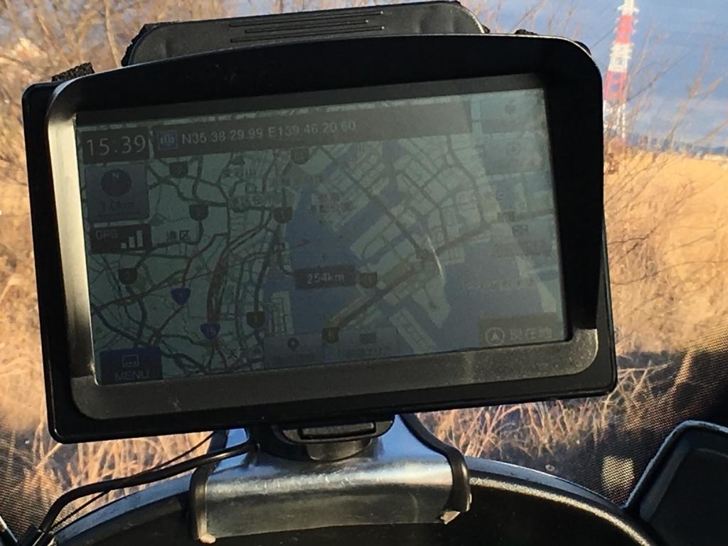 バイクに取付けたユピテルの7インチナビは、西日が当たっても画面が見える