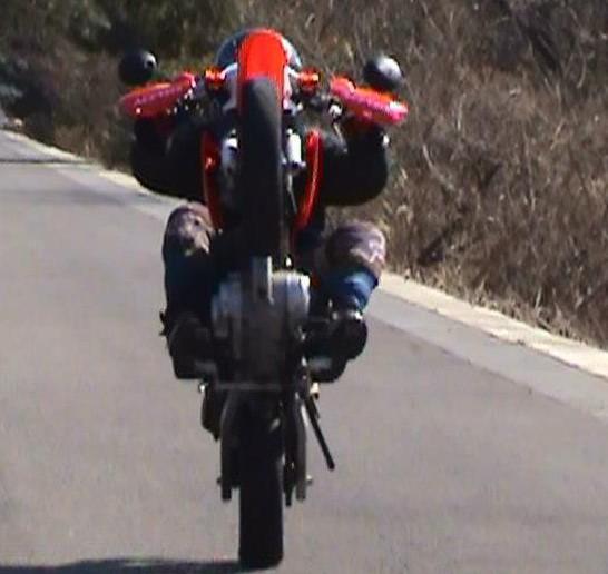 オフロードバイクでのテクニックを磨いて走破性をあげるためのウイリー練習