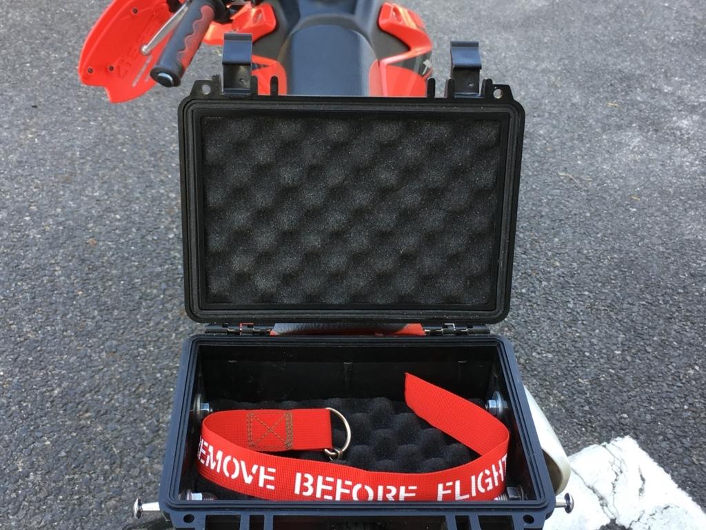 駐輪中のバイクに似合う「REMOVE BEFORE FLIGHT」フラッグで、気分は エアーファイター!