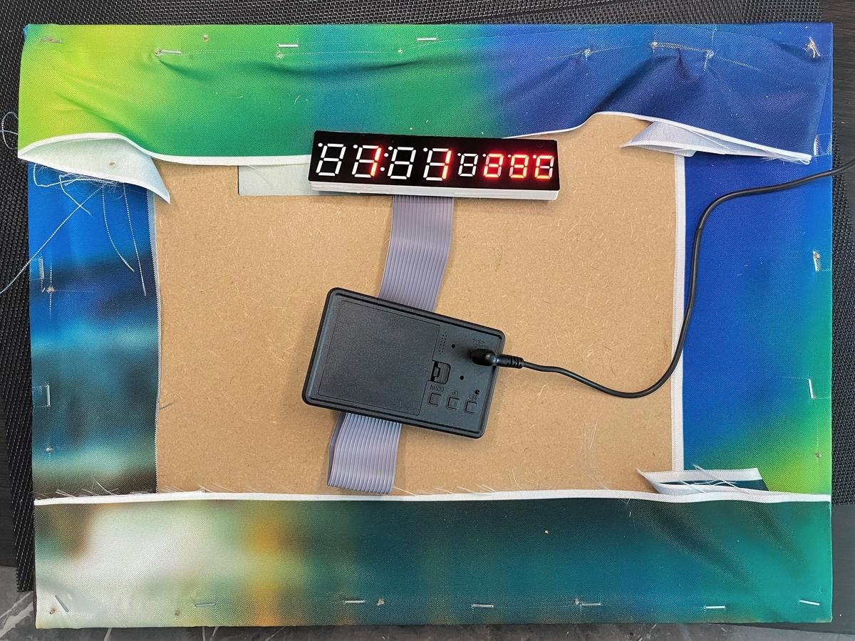 アートフレームの中のデジタル時計