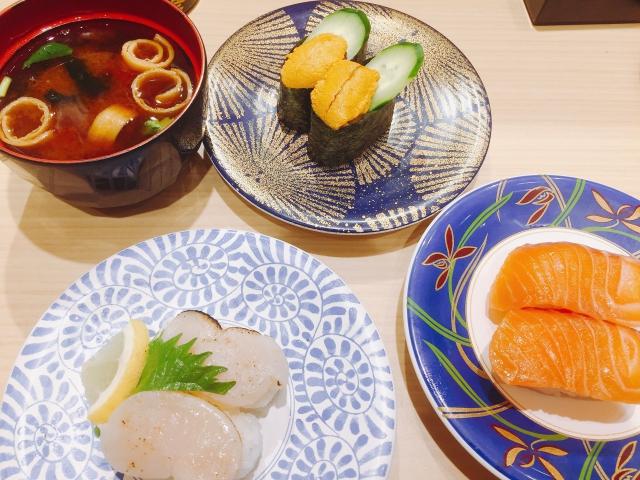 大起水産 回転寿司 なんばウォーク店_ランチタイム・ディナータイム_うに2貫 炙り貝柱、オーロラサーモン、赤だし 500円、250円、150円、150円_