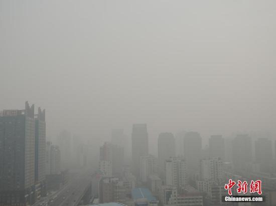 12月12日11时,郑州市气象台发布雾霾黄色预警。从11日起,受冷空气影响,郑州市大气扩散条件不利,空气质量持续走低,城市上空灰蒙蒙一片,能见度低,出行的市民也大多戴上口罩进行防护。气象台提醒,雾霾天驾驶员需谨慎驾驶。 韩章云 摄