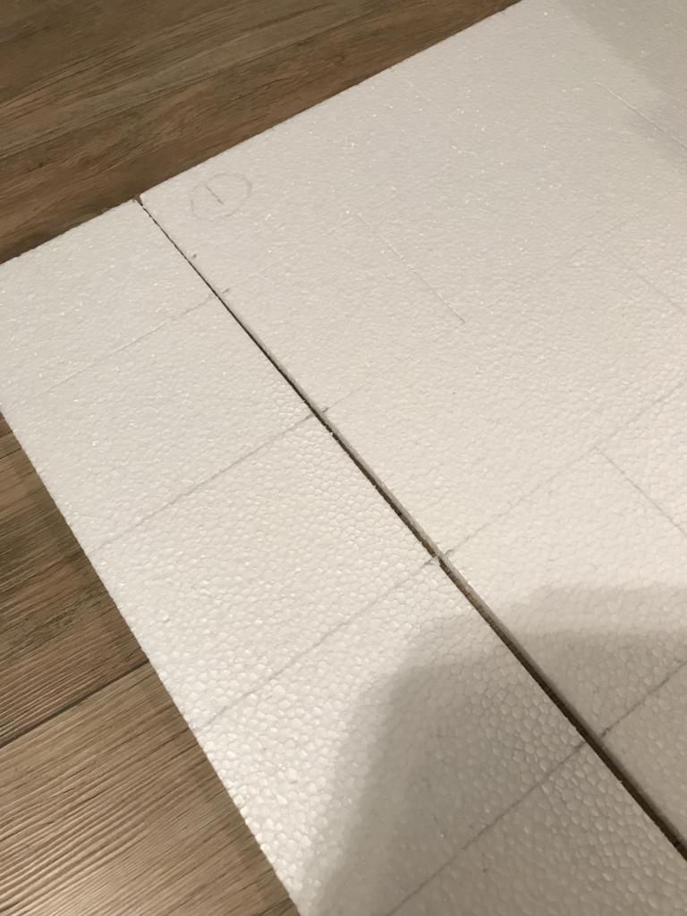 DIY・発泡スチロールレンガの壁・線を合わせる