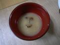 [ご飯]なめこ汁にニコ顔が現れた