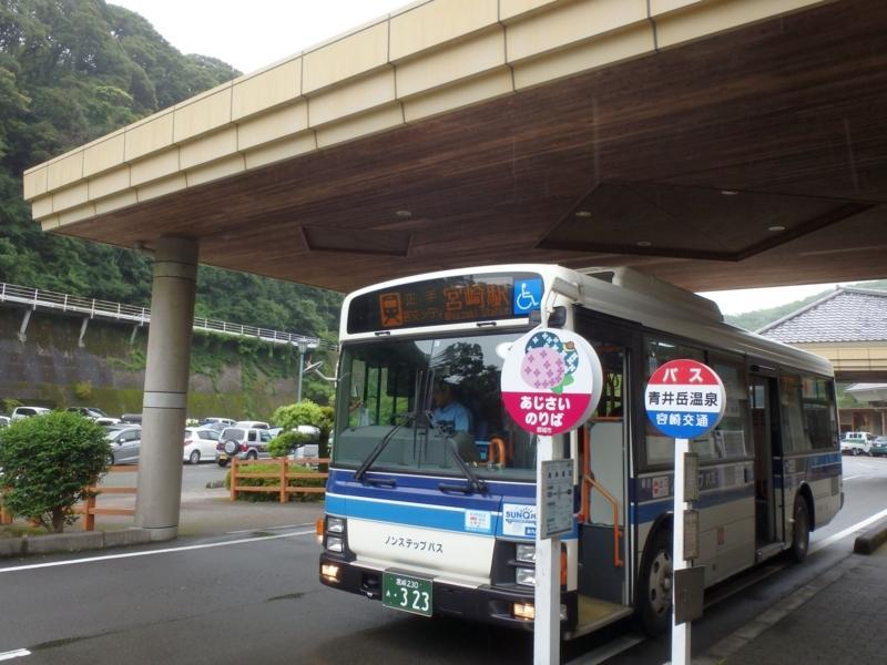 青井岳温泉バス停で待機する宮崎駅行最終バス