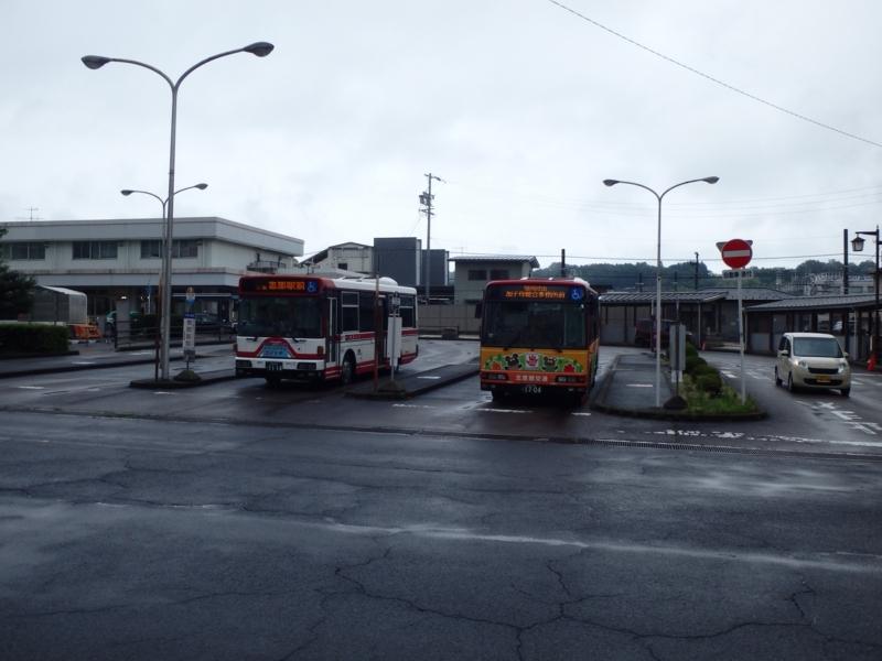 右側のバスが加子母総合事務所行