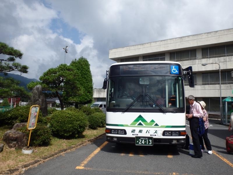 加子母総合事務所に到着した濃飛バス、左奥にはコミュニティバス