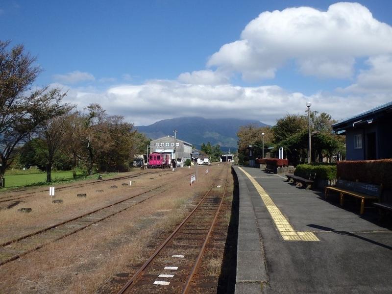 高森駅のホームから阿蘇山を望む