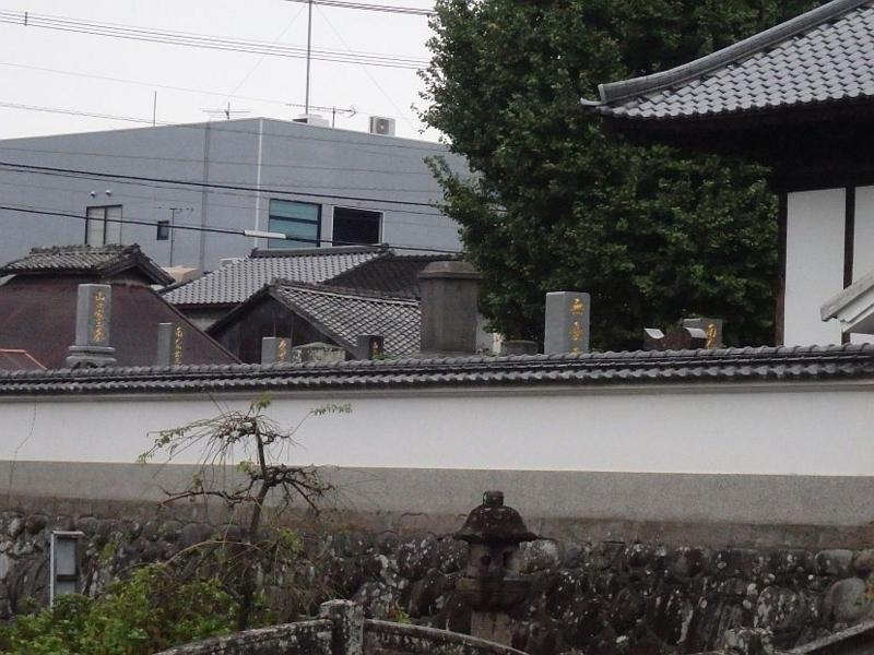 翌日、日田市内の寺の境内にあった「金文字」の墓石群