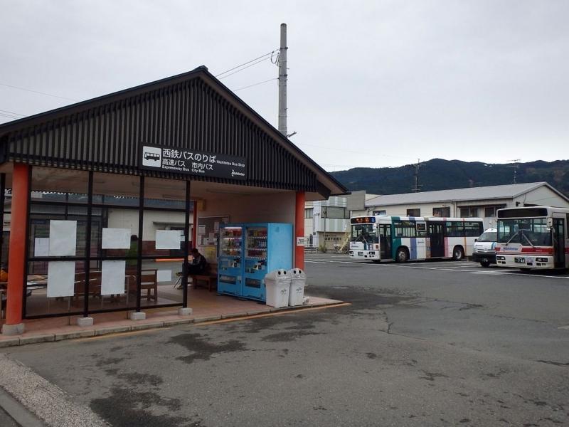 杷木のバス待合所と待機中のバス。西鉄バスの間に先ほど乗ってきた日田バスのワンボックスが見える