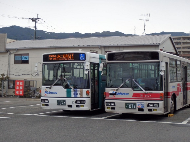 向かって左側がJR二日市行西鉄バス。杷木にて