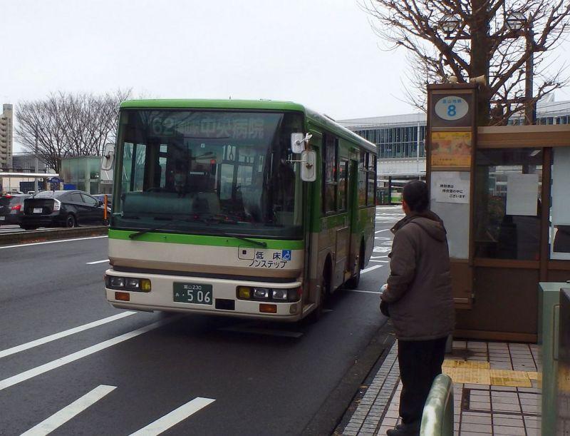 富山駅前8番のりばにて