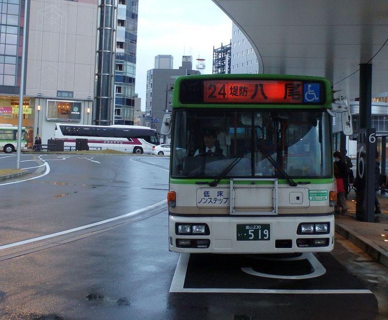 富山駅前6番のりばにて