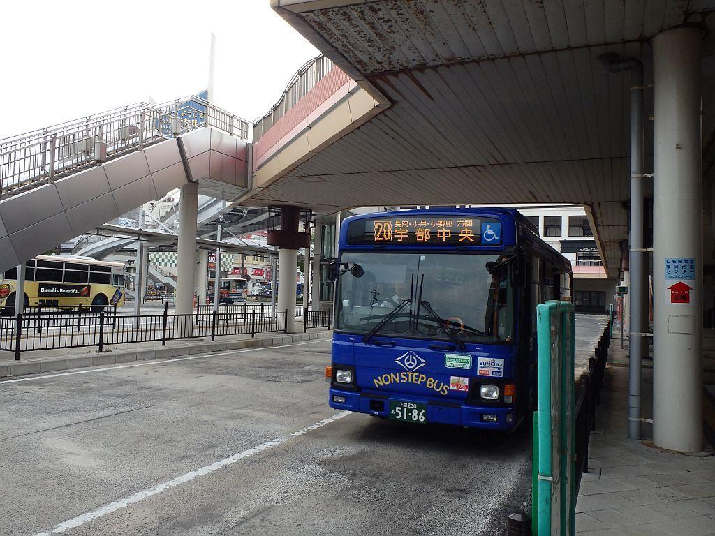 下関駅に到着する宇部中央行