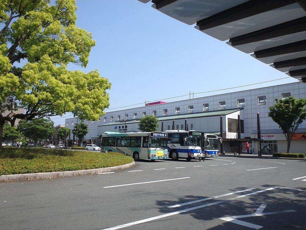 防府駅北口で待機するバス