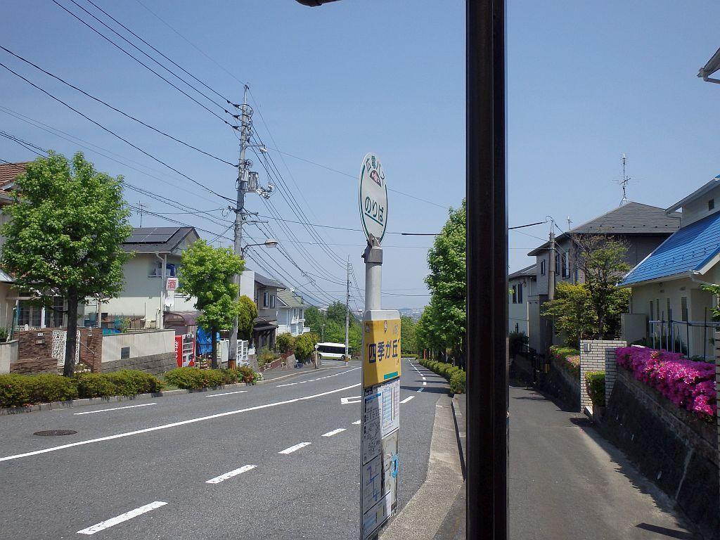 バス停の奥に見える待機場で、先ほど乗ってきたバスが休んでいる。