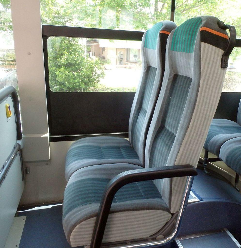 広電バスの後部座席。背もたれが高く、自家用車の座席のよう。
