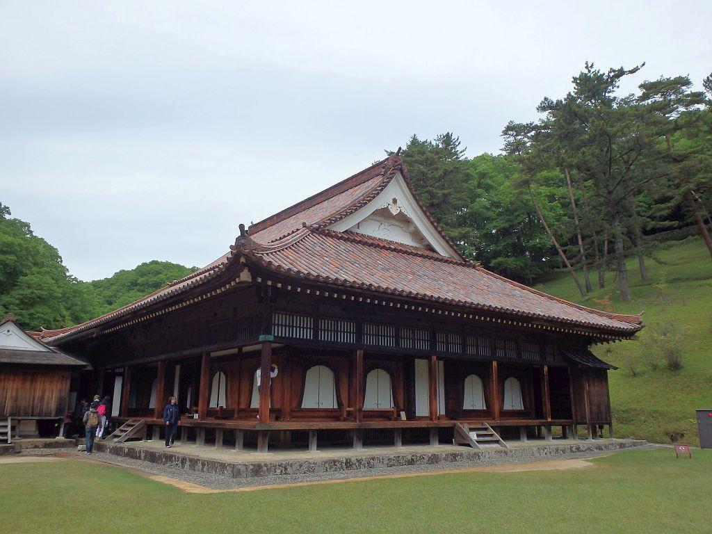 赤瓦で寺の本堂のような建物