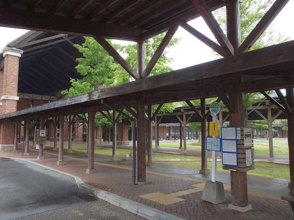 バス停とリハビリセンター