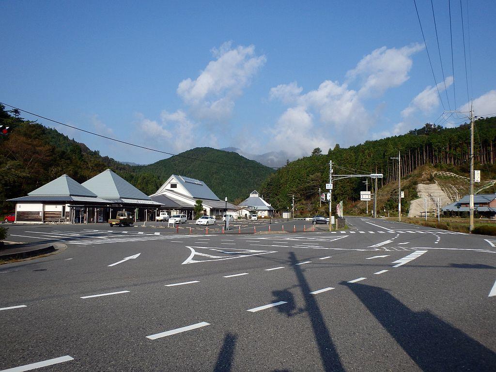 道の駅全景、奥の建物が昨晩立寄った姫石の湯