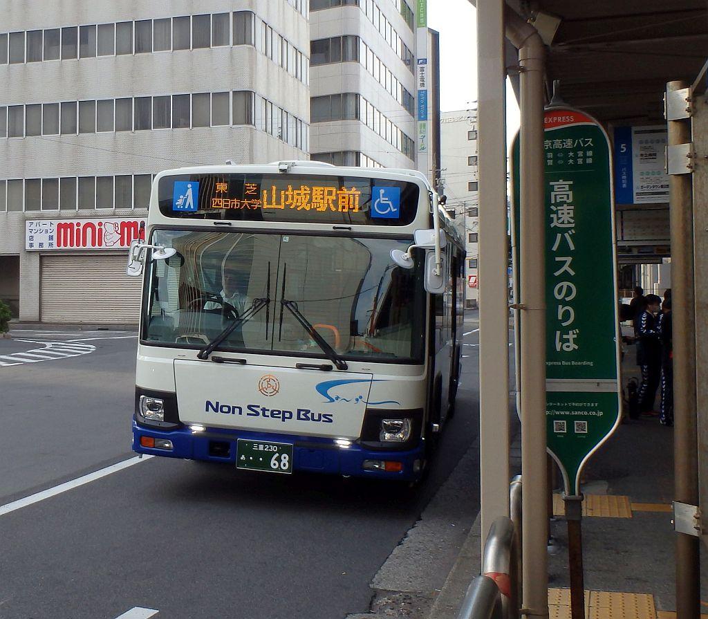 近鉄四日市駅前にて