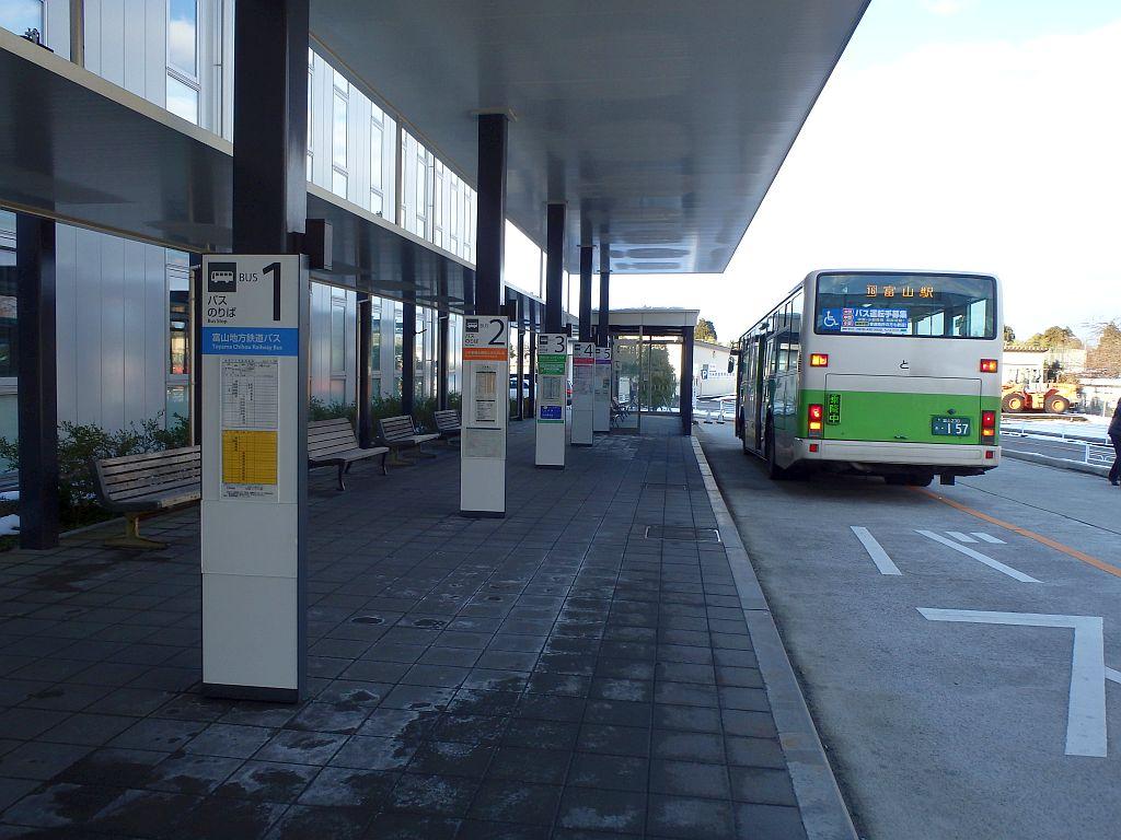 運行母体別にバス停が分けられている