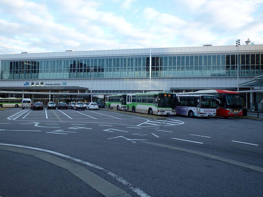 富山駅前で待機するバスとタクシー