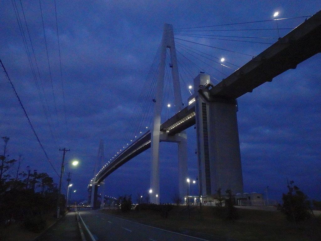 堀岡側から見た未明の新湊大橋