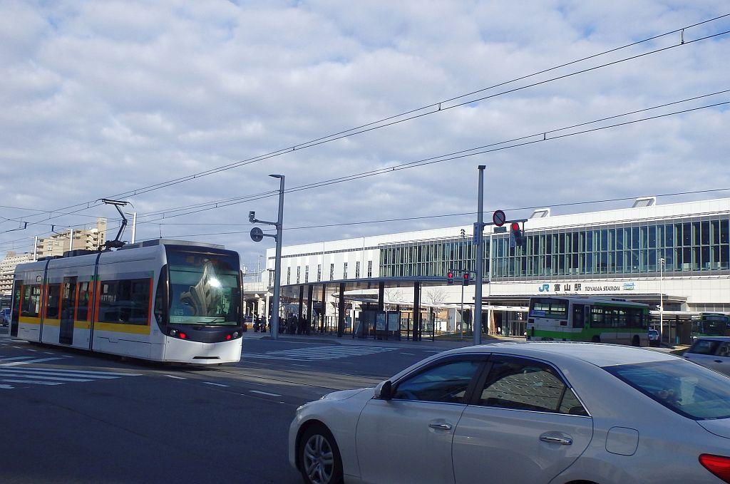 富山駅前と路面電車