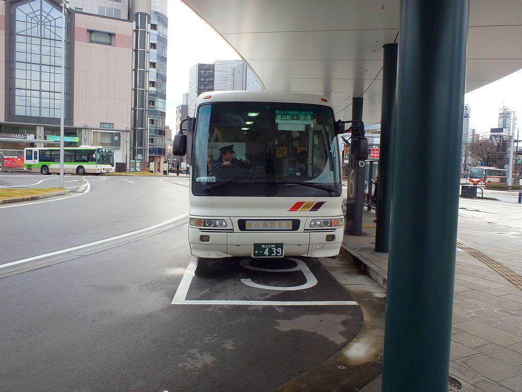 富山駅前にて