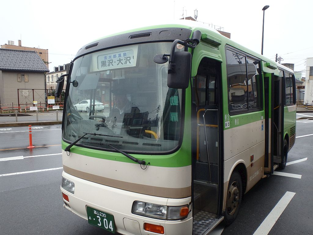電鉄魚津駅前にて
