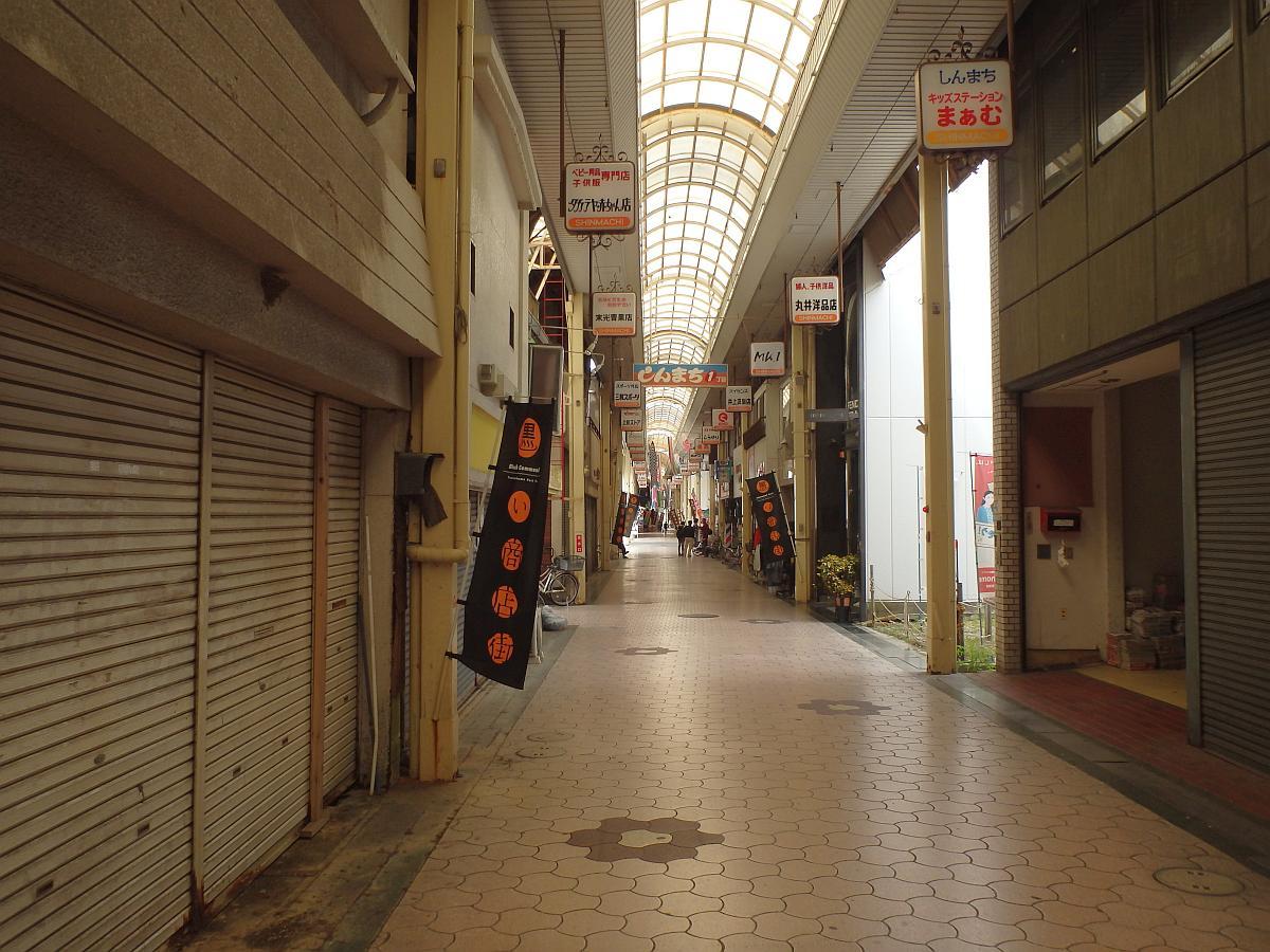 昼下がりの八幡浜新町商店街、人気は少ない