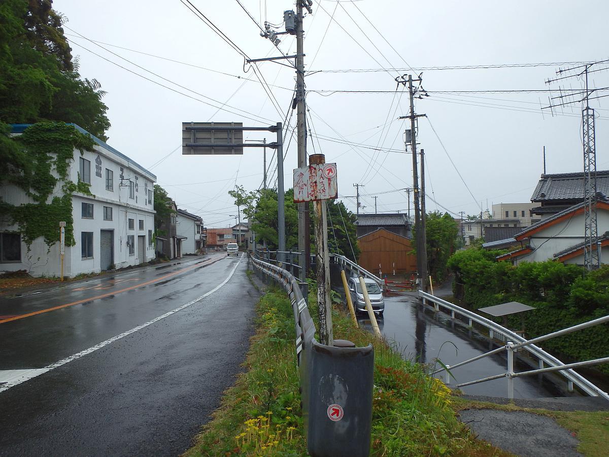 白地に赤文字のへんろ道案内と佐賀中方面のバス停