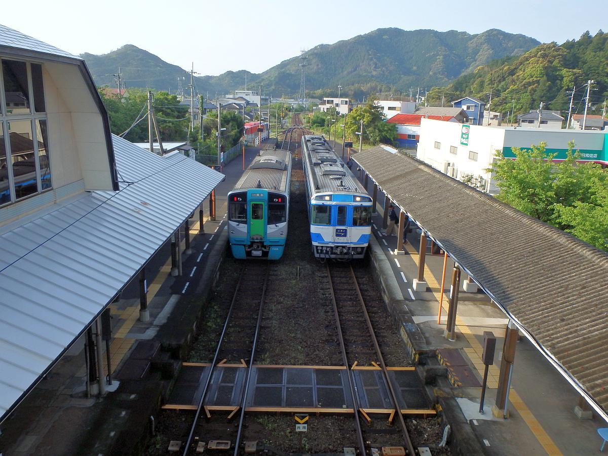 下りは普通列車、上りは特急列車
