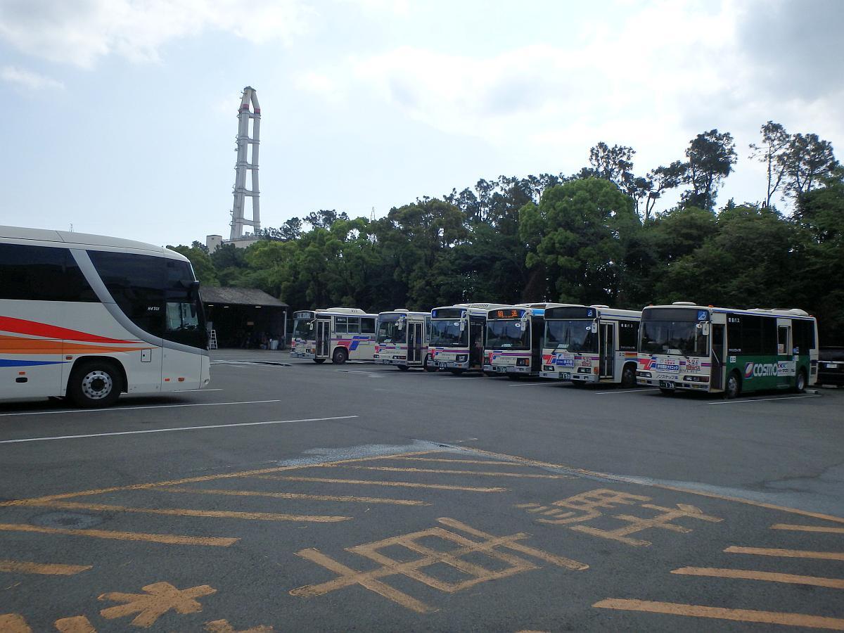 橘営業所のバスと阿南発電所の煙突