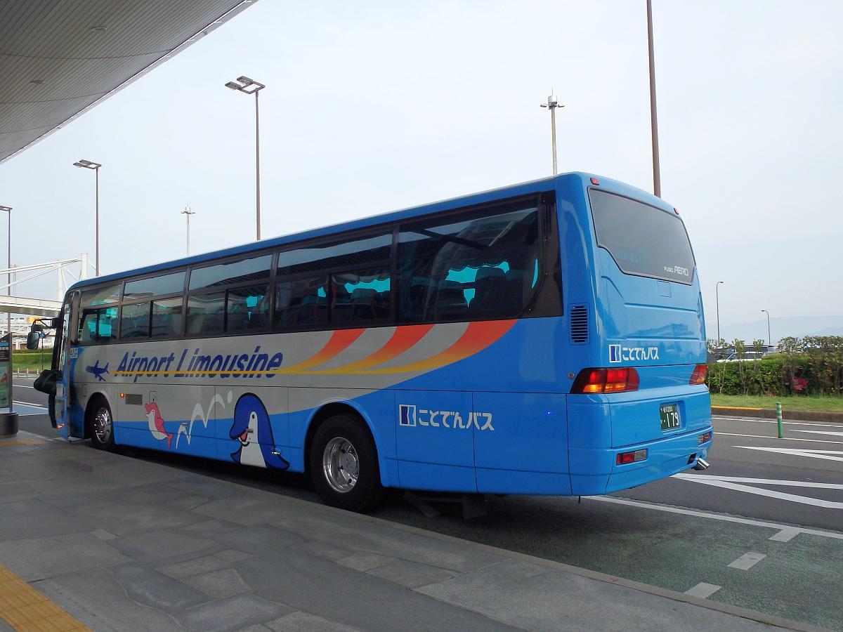 バスの側面には、ことでんのマスコット「イルカのことちゃん」が描かれていた