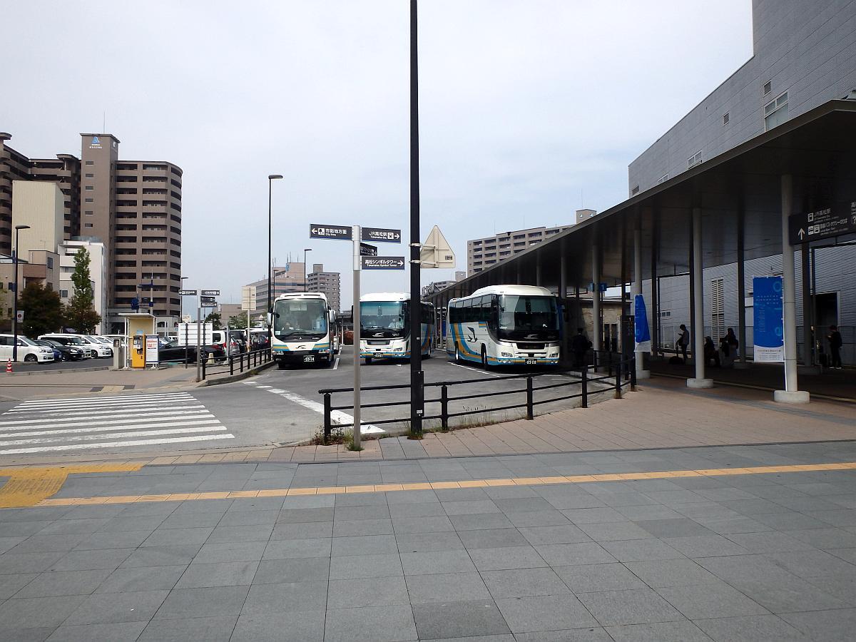 高松駅に隣接している。JRのバスが多い