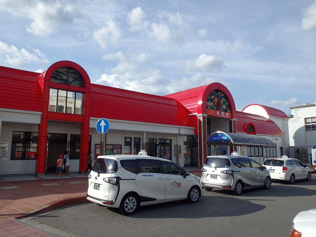 赤い屋根が特徴的な飯田駅