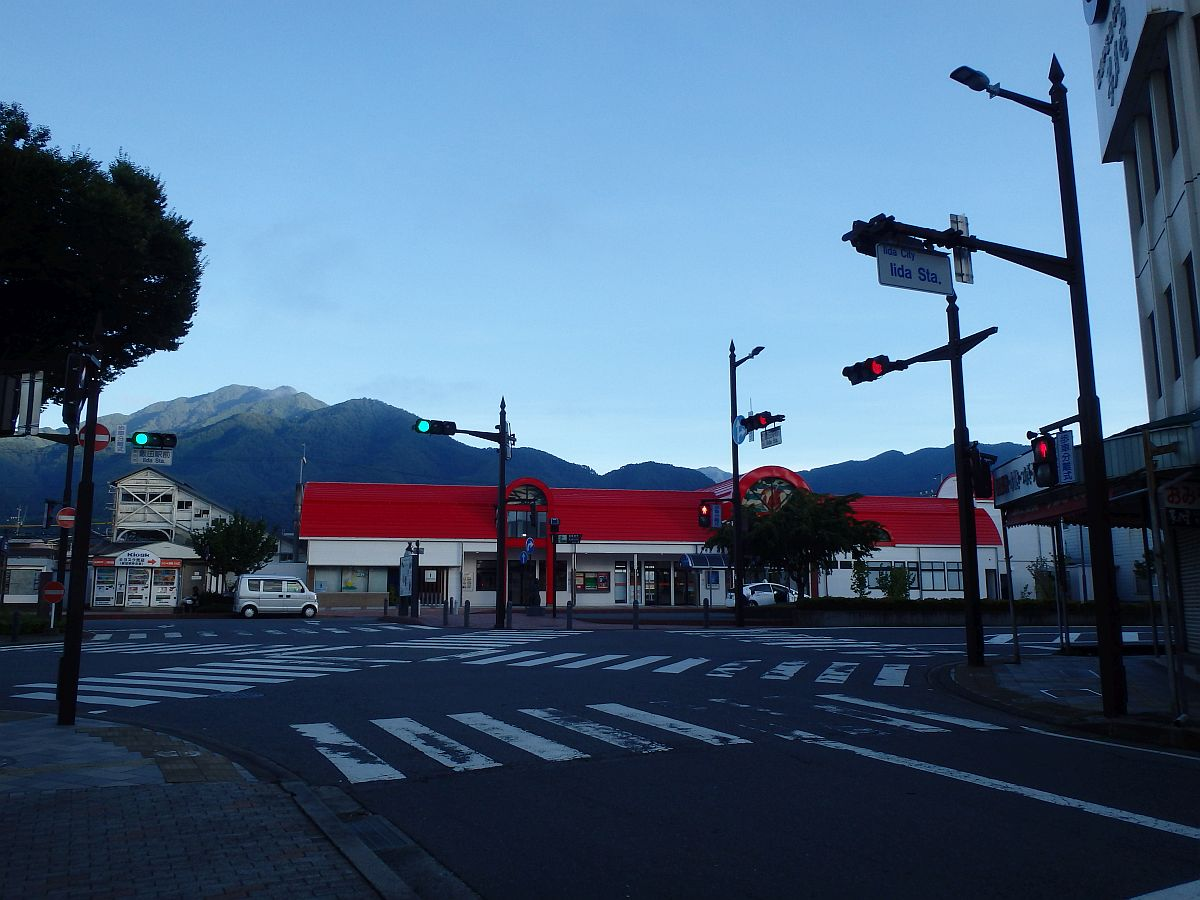 6時過ぎでも陽が射しこまない飯田駅