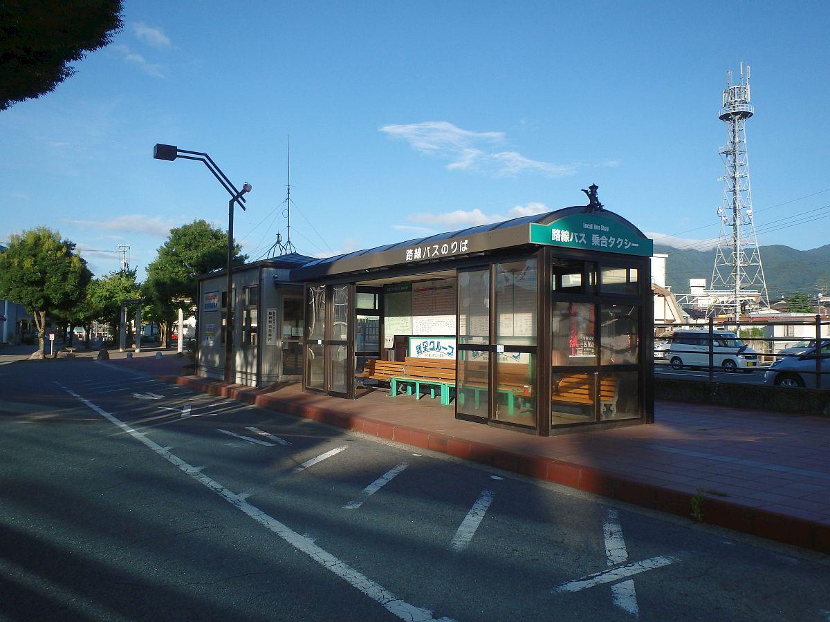 ようやく陽が射しこんできたバス乗り場