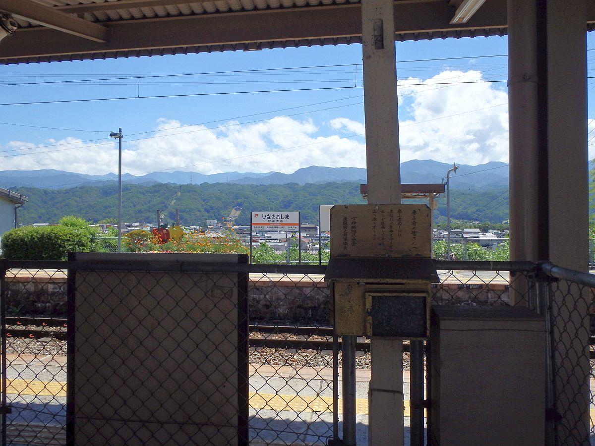 ホーム越しに東側の山々の眺め