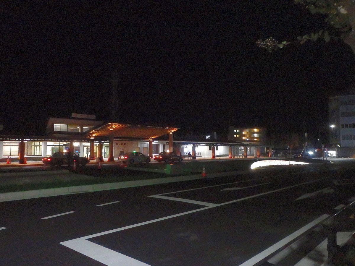 タクシーくらいしかいない深夜の駒ケ根駅