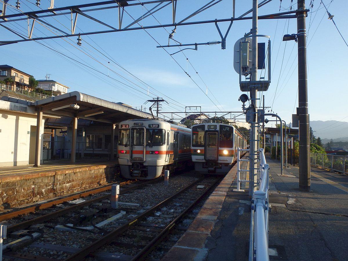 上諏訪行と豊橋行の交換(伊那大島駅)