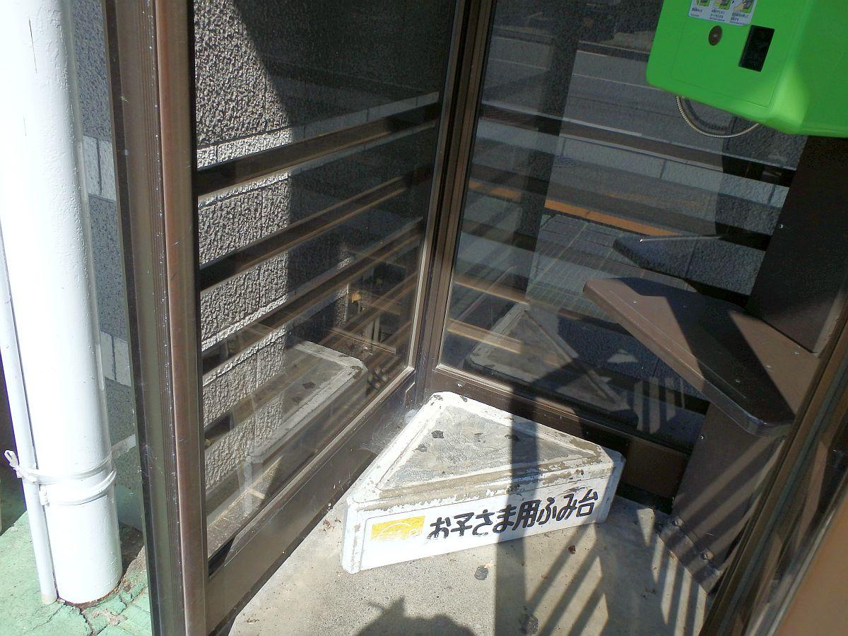 高遠駅の公衆電話にあった踏み台