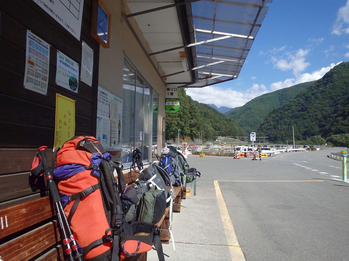 仙流荘バス停から北沢峠方向を望む