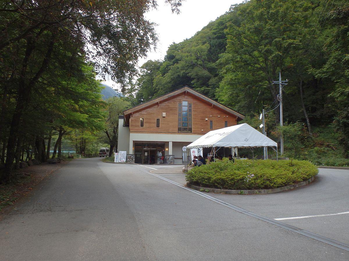 森の中にたたずむインフォメーションセンター