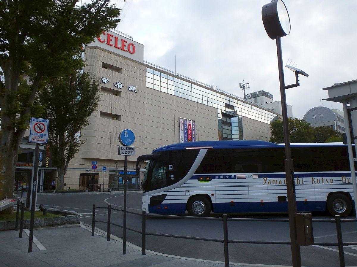 朝の甲府駅南口と回送されてきた高速バス